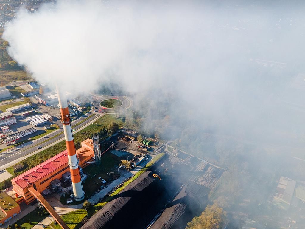 Dym unoszący się z fabrycznego komina