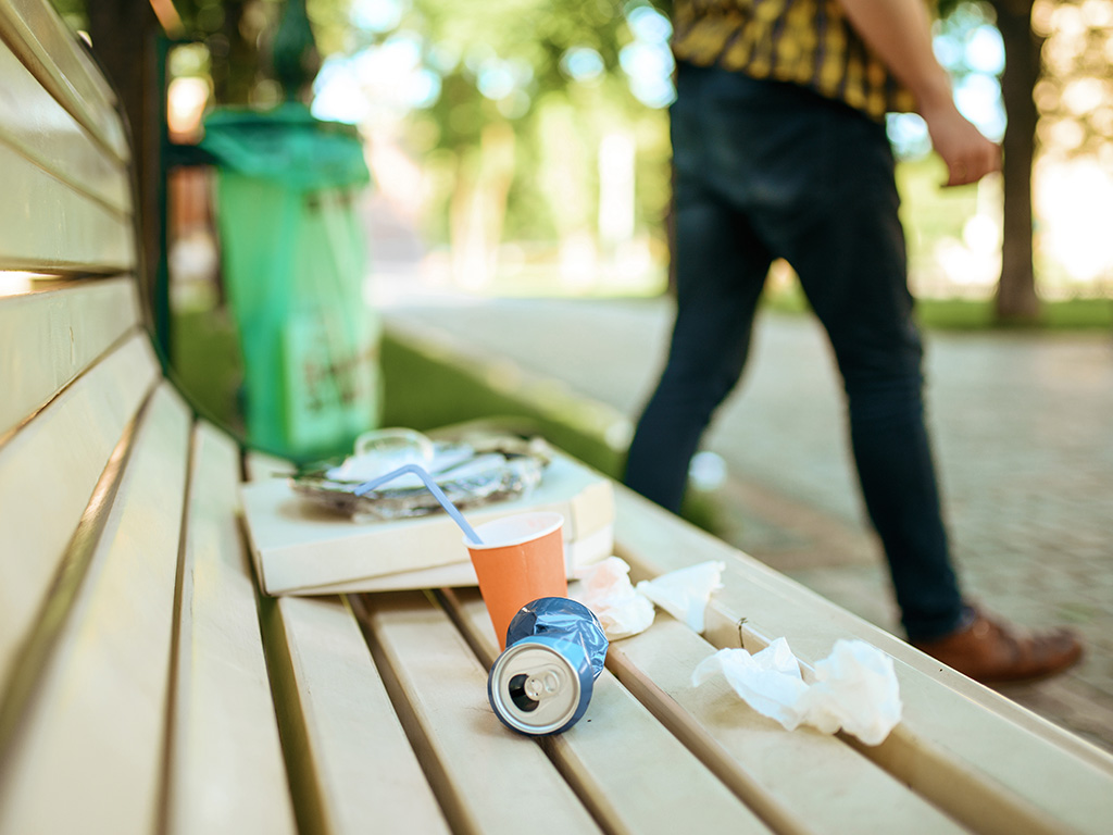 Śmieci leżące na ławce