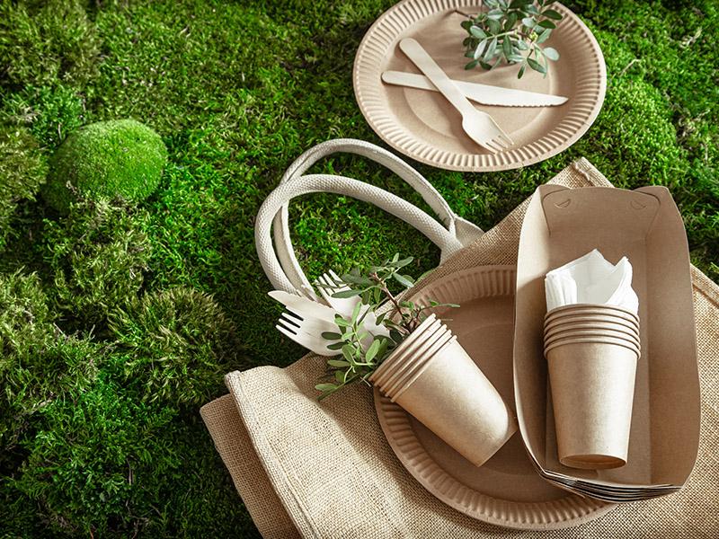 Ekologiczne opakowania na zielonym mchu