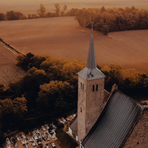 Widok z górny na wieżę kościoła