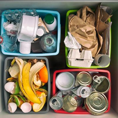 Segregowane śmieci w pojemnikach