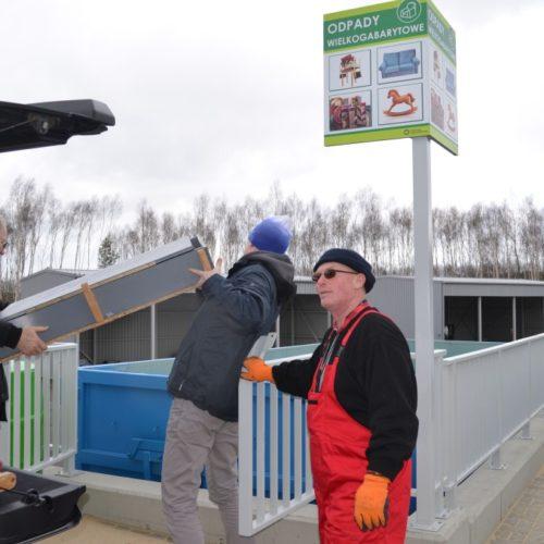 W prawidłowym rozdzieleniu przywiezionych odpadów pomagają pracownicy obsługi CPSZOK.