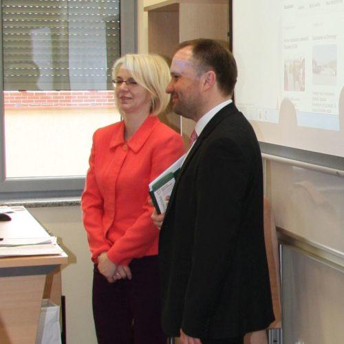 Gości przywitał kanclerz DWSPiT Dariusz Zając. Obok na zdjęciu - Mirosława Bożyńska (ZGZM).