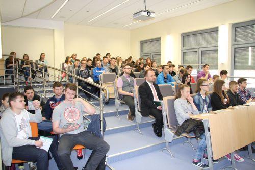 Studenci i gimnazjaliści na wspólnym wykładzie.