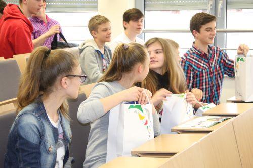 Gimnazjaliści z nagrodami na pamiątkę uczestnictwa w konkursie.