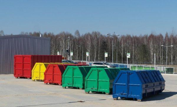Do dużych kontenerów, ustawionych obok magazynu, można wrzucić zużytą odzież, opakowania plastikowe i metalowe, szkło