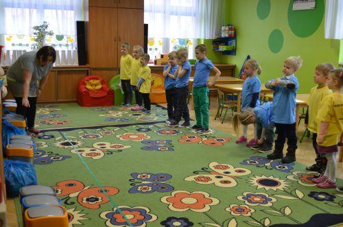 W ostatniej konkurencji przedszkolaki udowadniały znajomość zasad segregacji odpadów. Wykorzystano przy tym kubełki, przekazane placówce przez ZGZM.