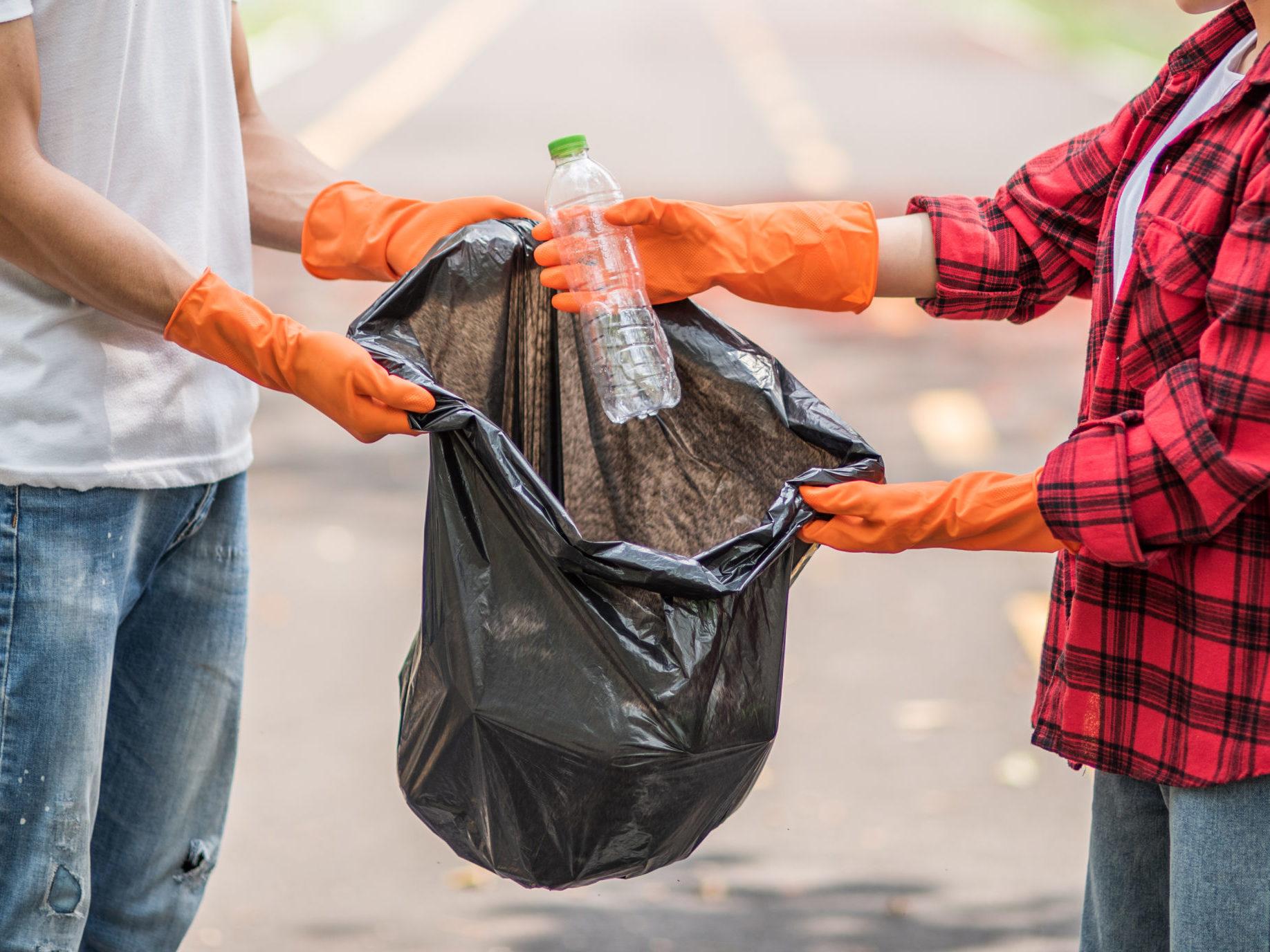 segregacja śmieci w rękawiczkach