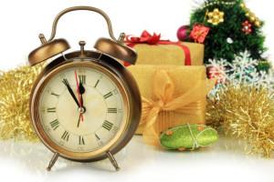 Dzwonek na 1 planie a w tle prezenty i choinka