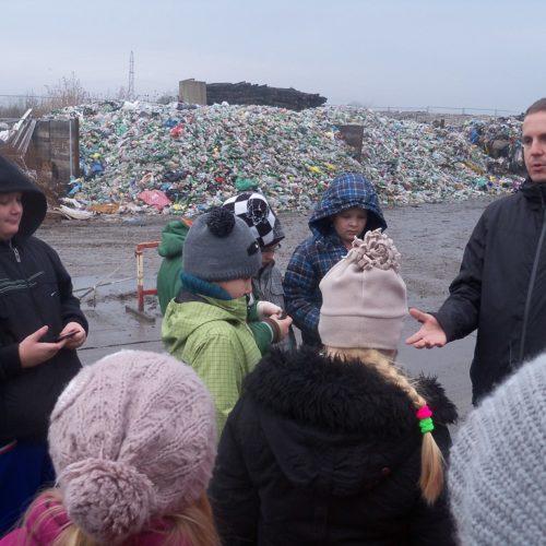 """Uczniowie Szkoły Podstawowej w Parchowie od jesieni biorą udział w projekcie edukacyjnym pn. """"Wszyscy dorośli i dzieci segregują śmieci"""""""