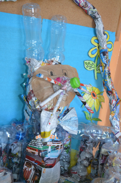 Wielkanocny koszyczek z plastików i gazet