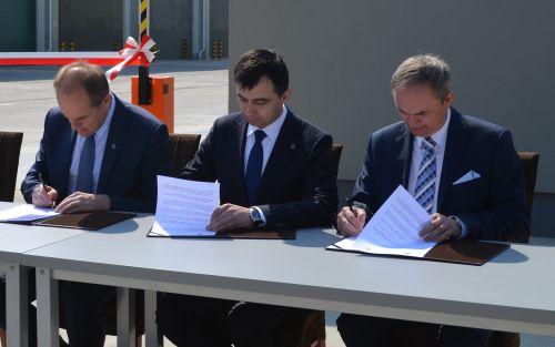 Porozumienie podpisali (od lewej): przewodniczący ZGZM Emilian Stańczyszn, prezydent Głogowa Rafael Rokaszewicz i burmistrz Polkowic Wiesław Wabik.