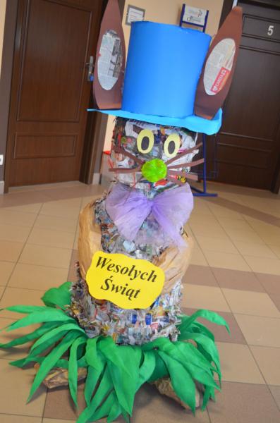 Wielkanocny królik z gazet i plastiku