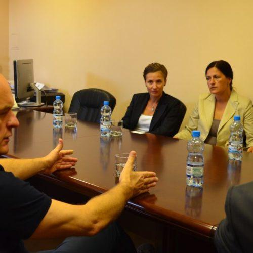 Andrea Tabacu (z lewej) i Daniela Iancu słuchają krótkiego wykładu Emiliana Stańczyszyna