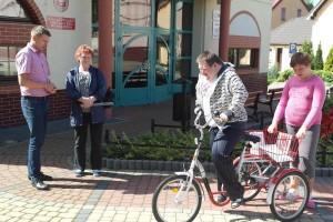 Przekazanie roweru dla niepełnosprawnego