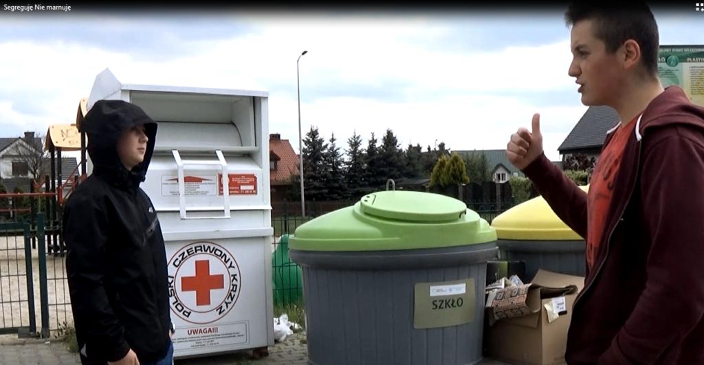 kadr spotu młodzieży o segregacji odpadów