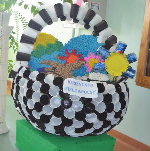 Wielkanocny koszyczek z gazet i plastiku
